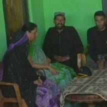 J&K: शहीद औरंगजेब के परिवार से मिलीं रक्षा मंत्री निर्मला सीतारमण