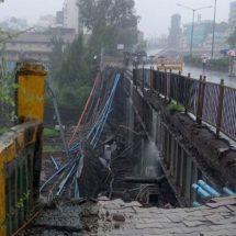 मुंबई में ओवरब्रिज का स्लाबे गिरा 4 लोग घायल, ट्रेन सेवा ठप